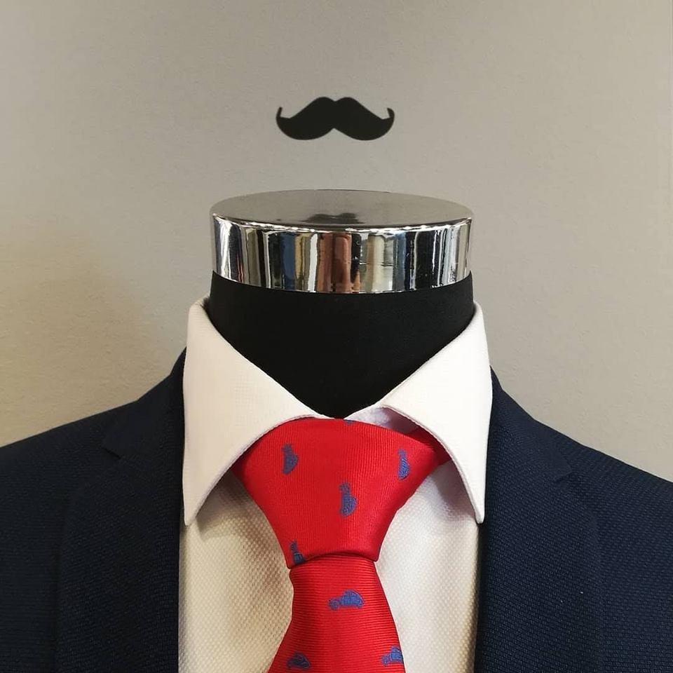 Las corbatas nunca se deben lavar, ni meter en la lavadora. Si por cualquier razón se manchan, deberán limpiarse en seco (tintorería). Procure no guardar nunca las corbatas con el nudo hecho, Lo mejor es colgarlas en un corbatero para que permanezcan estiradas y sin arrugas.  Puede ver algunos consejos más para vestir una corbata en el siguiente vídeo.
