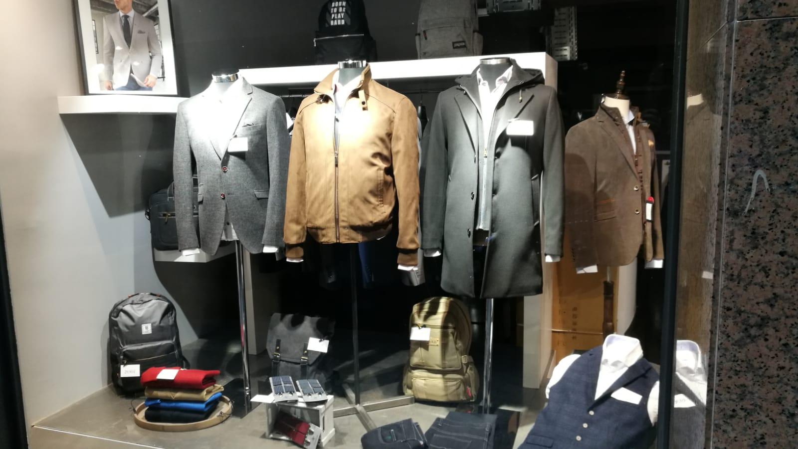 Descubre las últimas tendencias en trajes de caballero en Andorra. Descubre nuestros trajes, americanas y chalecos T.+376824714
