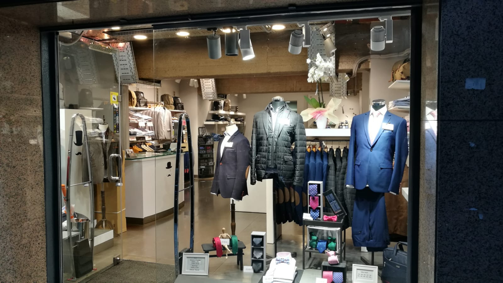 Trajes de caballero descubre las últimas tendencias en trajes en Andorra. Descubre nuestros trajes, americanas y chalecos. http://www.Executiveand.com T.+376824714